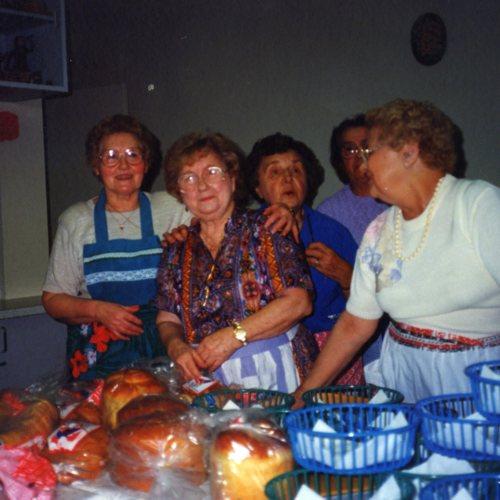 473_kitchenworkers.jpg